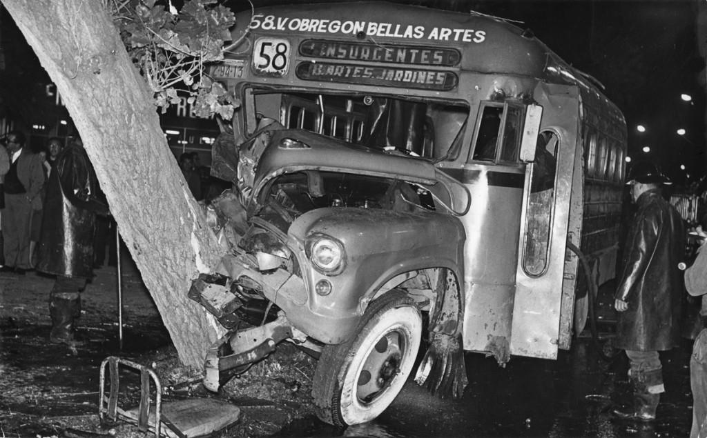 1843_Accidente_de_autobus_de_pasajeros,_México,_1964(17.7x28_.4_cm_low__lg